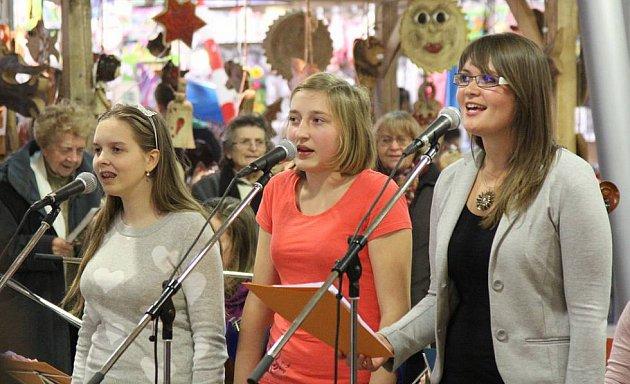 DĚTSKÝ sbor základní umělecké školy zpíval vánoční koledy s Boleslavským deníkem už v minulém roce.