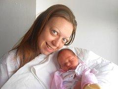 NELA Johanová se narodila 9. května, vážila 3,07 kg a měřila 50 cm. Maminka Iveta a tatínek Honza si ji odvezou domů do Násedlnice, kde už se na ni těší sestřička Nikolka.