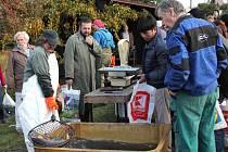 Výlov Bradleckého rybníka navštívily desítky lidí