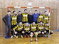 Futsalisté FC Mnichovo Hradiště se mohli s pohárem pro vítěze okresní futsalové soutěže vyfotit podeváté.