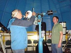První vedoucí boleslavské hvězdárny Josef Zahrádka a jeho nástupce Pavel Brom chystají původní dalekohled MB hvězdárny (1995) na demontáž po jeho posledním pozorování