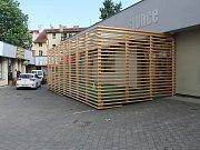 """Jeden z mladoboleslavských barů zřídil pro kuřáky speciální dřevěnou """"klec"""", aby měli kam chodit kouřit."""
