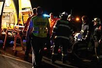 Záchranáři připravují zraněnou na převoz.