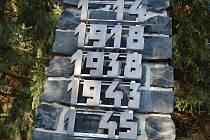 Na památníku chybí dvě číslice.