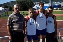 Trojice úspěšných mladých atletů AC Mladá Boleslav v reprezentačním dresu spolu s trenérem Bohumilem Zítkou (vlevo).