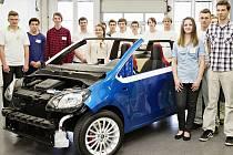 Žáci škodováckého učiliště s modelem Škoda CitiJet