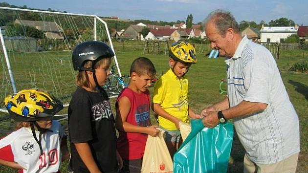 Nejlepším závodníkům v kategorii žáků předal ve Vinařicích ceny Ladislav Kubín