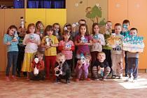 Děti z Vlkavy vyráběly sněhuláky pro Afriku