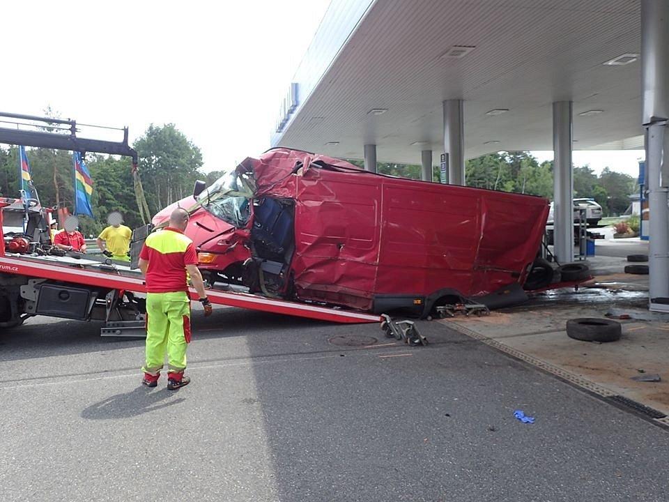 Z nehody na dálnici D10 u Hlavence 16. června 2020.