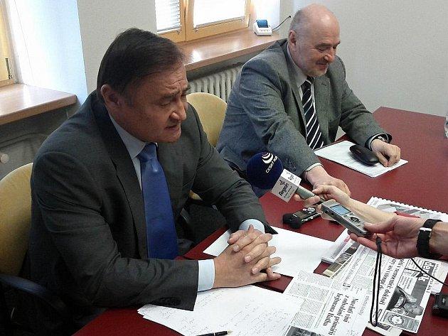 Poradce Vladimír Dryml a ředitel Klaudiánovy nemocnice Ladislav Horák na tiskové konferenci.