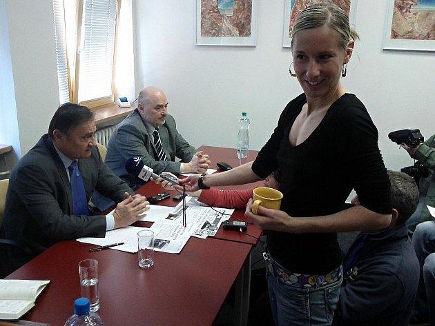 Poradce Vladimír Dryml, ředitel Klaudiánovy nemocnice Ladislav Horák a reportérka Andrea Kroupová na tiskové konferenci.