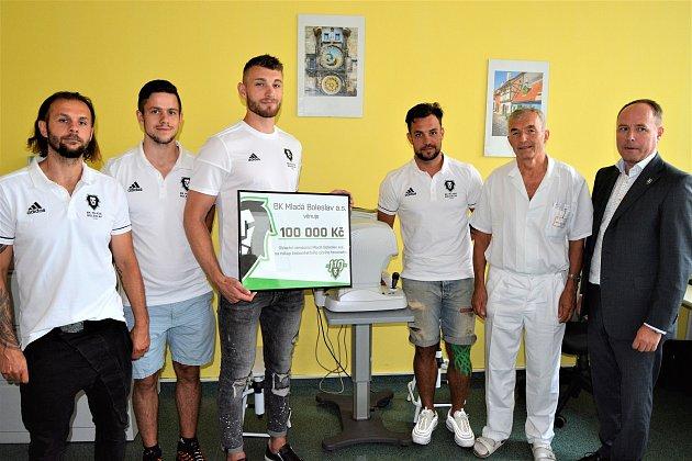 Zástupci hokejového týmu BK Mladá Boleslav ve středu předali do rukou primáře očního oddělení Zdeňka Mazala šek na 100 tisíc korun.