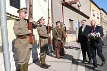 Sokolové a legionáři odhalili v červenci na sokolovně v Debři  pamětní desku