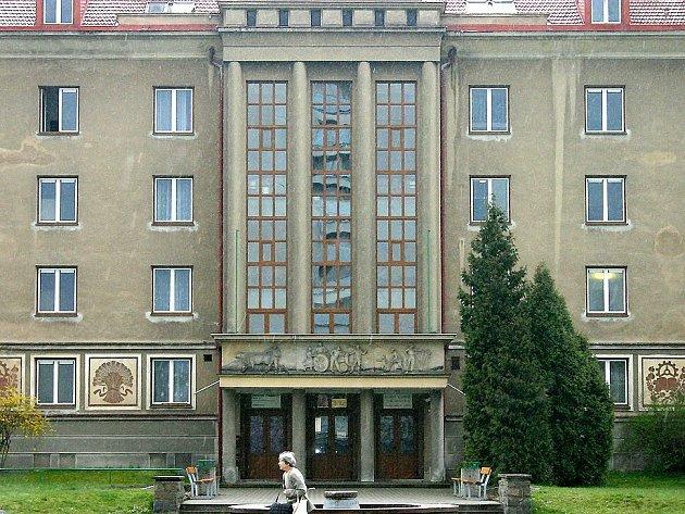 Z jednoho z oken tohoto internátu v Jičínské ulici v Mladé Boleslavi včera vyskočil student. Skončil se zlomeninami v nemocnici.