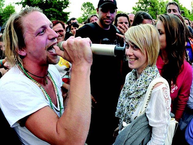 Tomáš Klus zazpíval v Loděnici