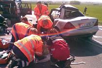 Záchranáři se snaží pomoci řidiči mercedesu, kterého z vraku vyprostili mladoboleslavští hasiči.