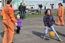 SPORTOVNÍ AREÁL u Pavilonu Domu dětí a mládeže v Mladé Boleslavi se v sobotu odpoledne proměnil ve vězení. Samozřejmě šlo o hru, kdy se více než stovka dětí a jejich rodičů dobrovolně stali uvězněnými delikventy.