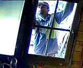 Policie žádá o pomoc při identifikaci muže na fotografii