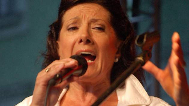 Nestárnoucí Lady Soul Marie Rottrová zazpívá na nádvoří benáteckého zámku.