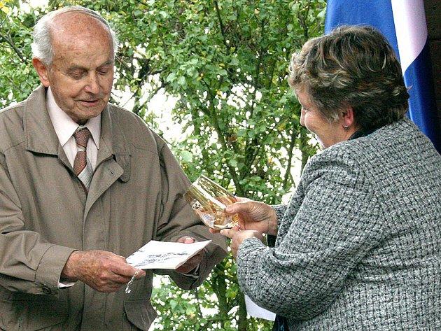 Josef Brož a starostka obce Boseň Marie Pšeničková.