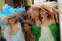 Klobouky a zase klobouky, v Bělé pod Bezdězem