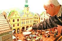Jiří Fiala u svého mistrovského díla. Náměstí je propracované do posledního detailu – záclonky v oknech, voda v kašně, zdobené štíty domů