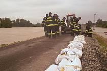 Hasiči zpevňují hráz - povodeň 2013 - ilustrační foto