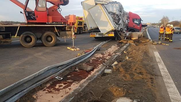 Na dálnici D10 se převrátil kamion.