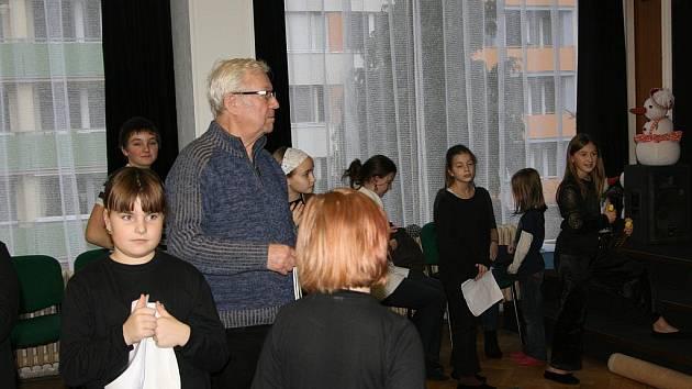 Režisér Jaroslav Vidlař s dětmi na zkoušce