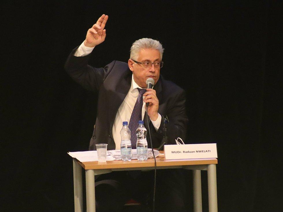 Mladoboleslavské zastupitelstvo 7. prosince 2020. Primátor Raduan Nwelati hlasuje.