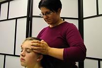 Markéta Šímová provádí indickou masáž