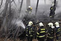 Požár zlikvidoval půdu a střechu domu v Ptácké ulici