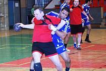 V netradičním červenočerném dresu hráč HC Auto Škody Marek Novák se snaží uvolnit přes dobře pracující obranu  egyptského týmu Al - Ahly