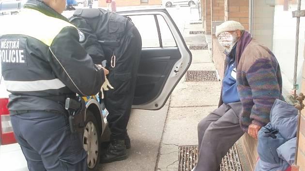 Strážníci převezli bezdomovce do nemocnice