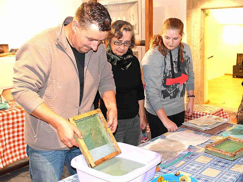V bělském muzeu v sobotu vyráběli papír. Návštěvníkům to šlo od ruky