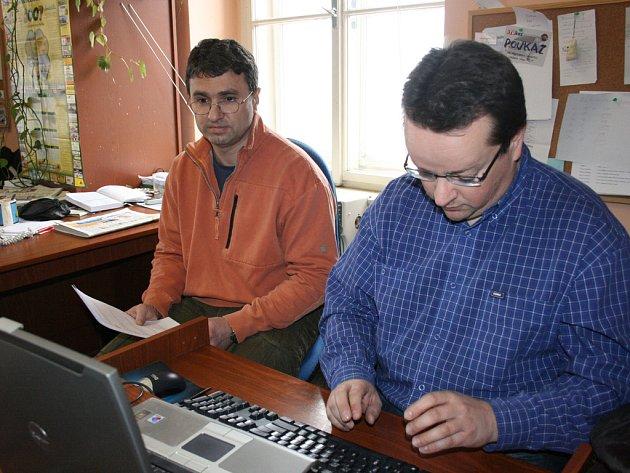 Primář gynekologicko-porodnického oddělení Klaudiánovy nemocnice Martin Pán (vlevo) a mluvčí nemocnice Václav Řičář (vpravo) odpovídají na otázky čtenářů Deníku.
