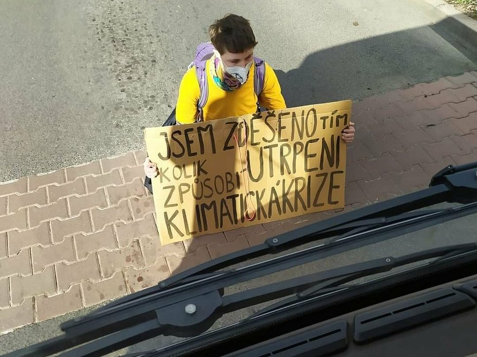Aktivistka v Mladé Boleslavi chtěla zachránit planetu. Vrhla se pod plynový autobus.