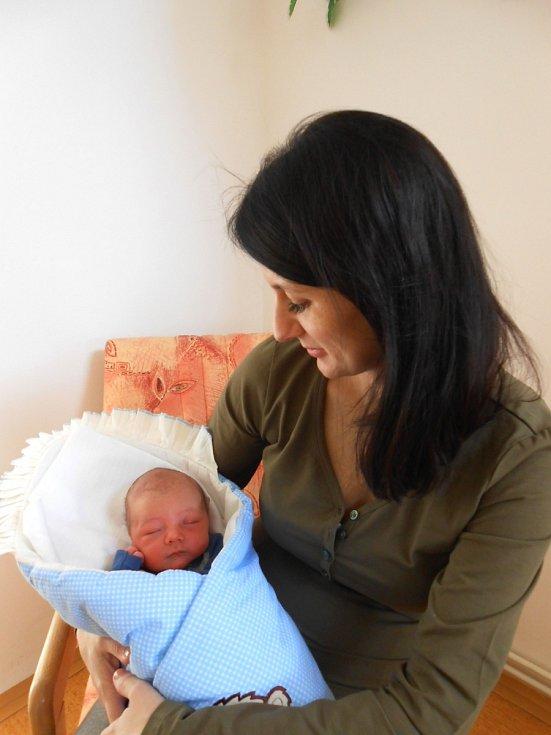 VIKTOR Hložek se narodil 17. ledna, vážil 3,15 kg a měřil 49 cm. S maminkou Jaroslavou a tatínkem Petrem bude bydlet v Luštěnicích.