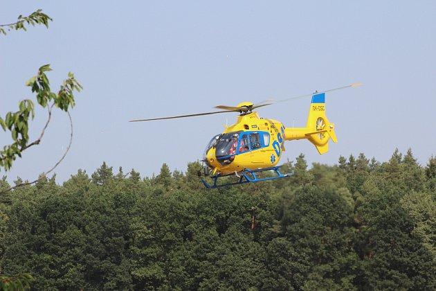 U dopravní nehody zasahoval také vrtulník.