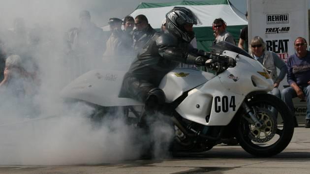 Závody dragsterů na letišti v Hoškovicích