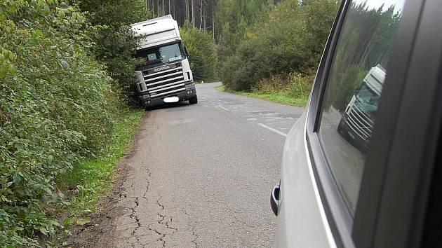 Kamion zůstal v příkopu.