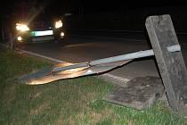 Silný noční vítr lámal větvě a převracel dopravní značení
