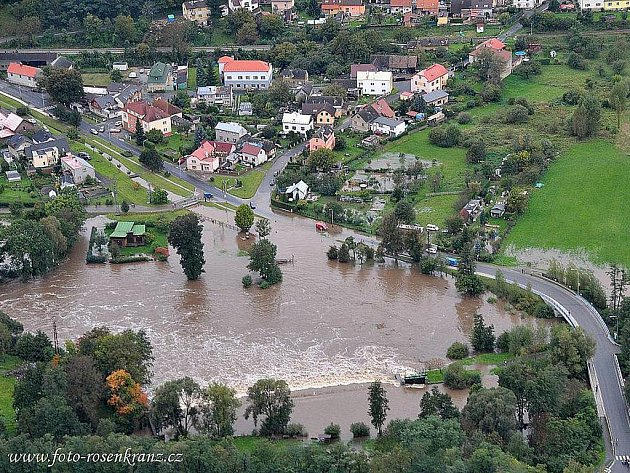Řeka Jizera až na silnici dosahovala v Podlázkách.