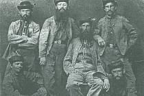 Výbor sokolské jednoty na fotografii z roku 1865. V horní řadě bratři Hruška, Zvikl, Šámal a Vašek, pod nimi sedící bratři Babák a Sedláček.