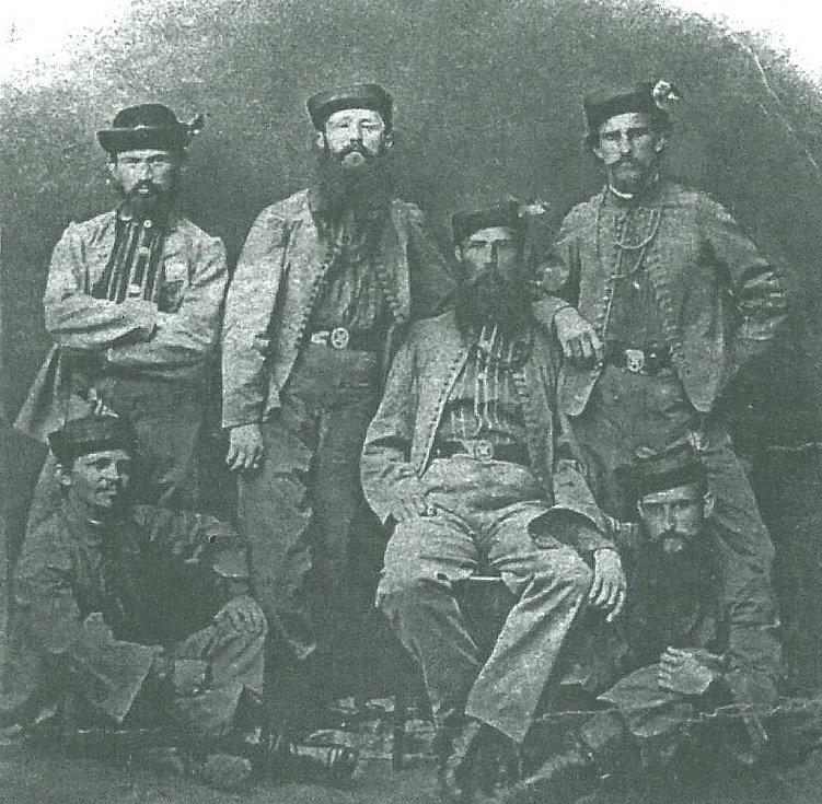 Výbor sokolské jednoty v Mladé Boleslavi na fotografii z roku 1865. V horní řadě bratři Hruška, Zvikl, Šámal a Vašek, pod nimi sedící bratři Babák a Sedláček.