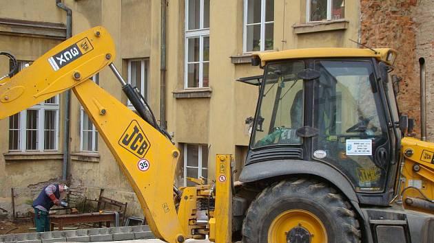 Do důkladné opravy školy je zapojena i těžká technika.