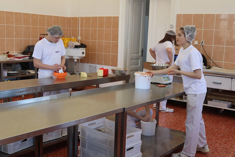 Pekaři v pekárně