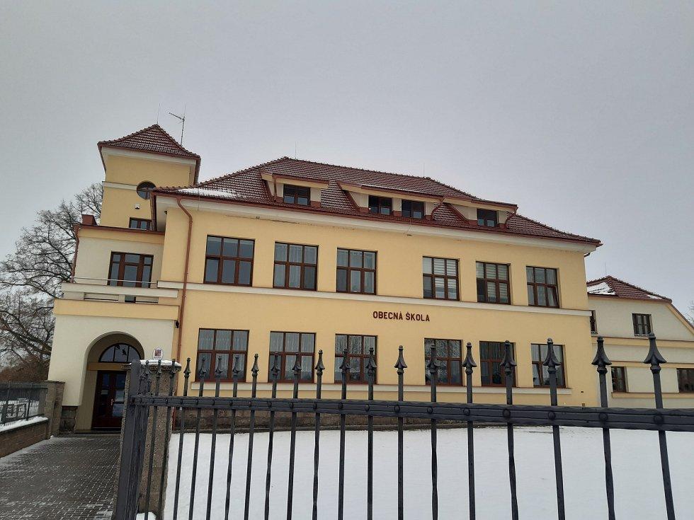 Budova bývalé školy v Ledcích.