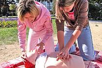 Studentky při záchraně lidského života.