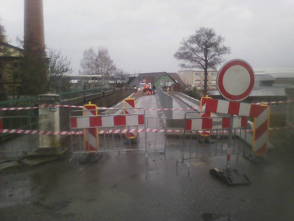 Most v Dražicích nedaleko Benátek nad Jizerou přišel ve středu o zábradlí, proto musel být pro veškerou dopravu uzavřen.